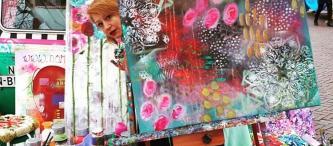 Alice achter een schilderij