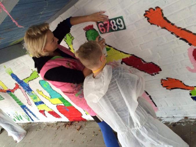Alice aan het werk op een muurschildering